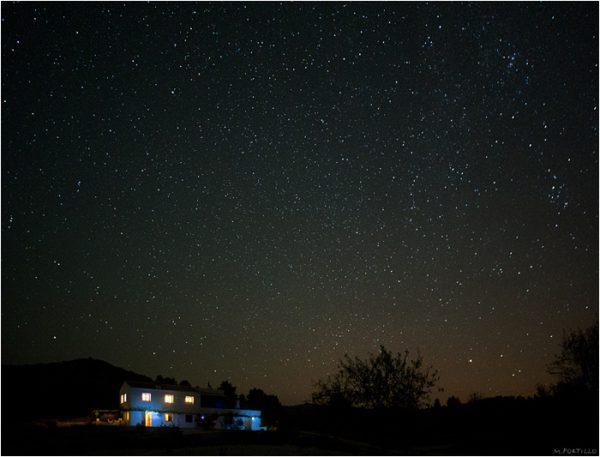 Casa y cielo estrellado en la Sierra de María.