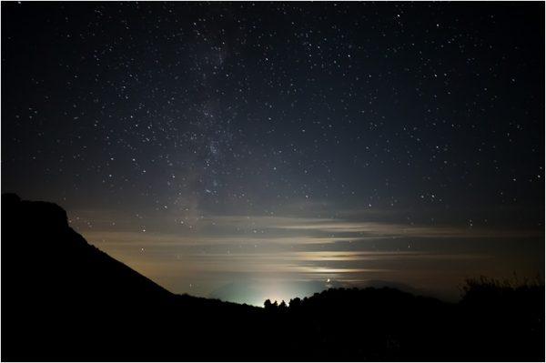 Bajo la luna y las estrellas