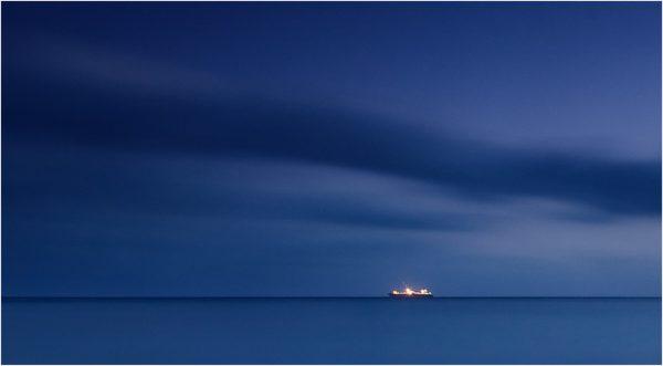 Barco en la noche desde El Portús