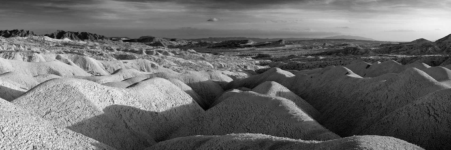 Fotografía de Manuel Portillo: cárcavas en blanco y negro